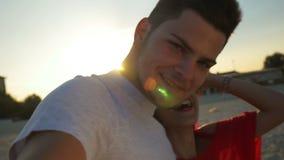 2 любовника на видео- звонке на пляже на восходе солнца акции видеоматериалы