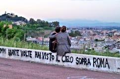 2 любовника перед ландшафтом Стоковое фото RF