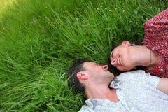 любовники в траве Стоковые Фото