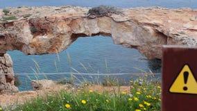любовник s моста Естественный мост в Cavo Greco (накидке Greco) сток-видео