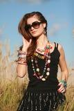 ювелирные изделия волос девушки делая носить солнечных очков Стоковые Изображения