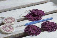Ювелирные изделия вязания крючком для женщин Серьги связанные предпринимателем Заготовки и законченный - продукты стоковое изображение