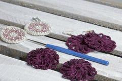 Ювелирные изделия вязания крючком для женщин Серьги связанные предпринимателем Заготовки и законченный - продукты стоковое фото rf