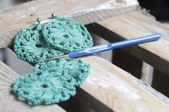 Ювелирные изделия вязания крючком для женщин Серьги связанные предпринимателем Заготовки и законченный - продукты стоковые фото