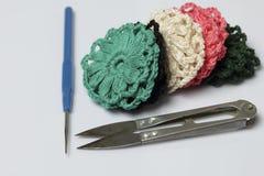 Ювелирные изделия вязания крючком для женщин Серьги связанные предпринимателем Заготовки и законченный - продукты стоковые изображения
