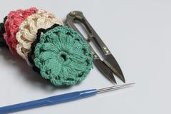 Ювелирные изделия вязания крючком для женщин Серьги связанные предпринимателем Заготовки и законченный - продукты стоковое изображение rf