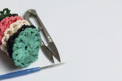 Ювелирные изделия вязания крючком для женщин Серьги связанные предпринимателем Заготовки и законченный - продукты стоковая фотография