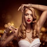 Ювелирные изделия женщины, браслеты украшений жемчуга золота и ожерелье, красота фотомодели, длинные золотые волосы стоковое изображение rf