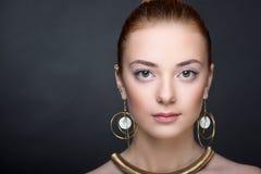 Ювелирные изделия женщины золотые Стоковая Фотография