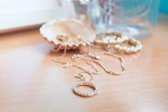 Ювелирные изделия золота и раковина стоковые фотографии rf