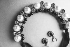 Ювелирные изделия, ожерелье и серьги красивых дорогих драгоценных сияющих ювелирных изделий модные блестящие с жемчугами и диаман стоковые изображения