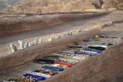 Ювелирные изделия проданные бедуинами в Petra, Джордан - старым городом Nabatean в красном естественном утесе и с местными бедуин стоковые изображения