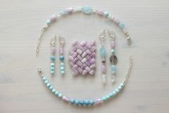 Ювелирные изделия сделанные из естественных камней и серебра Аквамарин, larimar, kunzite, moonstone handmade Несимметричные ювели стоковые фото