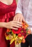 ювелирные изделия cravat пар кристаллические связывают венчание руки и кольца на букете невесты вектор влюбленности jpg изображен стоковые изображения rf