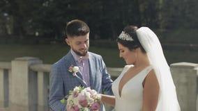 ювелирные изделия cravat пар кристаллические связывают венчание Прекрасный выхольте и невеста семья счастливая Человек и женщина  сток-видео