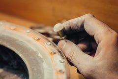 Ювелир полируя каменный голубой кубический zirconia Стоковая Фотография