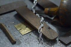 Ювелир рабочего места в процессе создания ювелирных изделий стоковая фотография