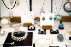Ювелирные изделия в окне магазина Стоковая Фотография
