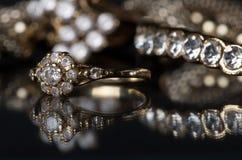 Ювелирные изделия золота с диамантами на классн классном Стоковое Фото