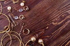 Ювелирные изделия на деревянной поверхности Стоковое Изображение
