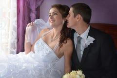 ювелирные изделия cravat пар кристаллические связывают венчание Очаровательный жених и невеста в их спальне Стоковые Изображения