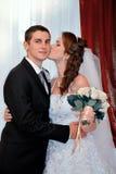 ювелирные изделия cravat пар кристаллические связывают венчание Очаровательный целовать жениха и невеста Стоковая Фотография