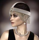 Ювелирные изделия Gatsby маргаритки красивой женщины нося Стоковые Фотографии RF