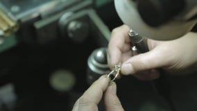 Ювелир держа кольцо с камнем сток-видео