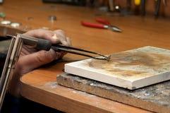 Ювелир нагревает workpiece кольца на камне Стоковое Изображение RF