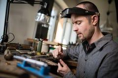 Ювелир работая на кольце золота свадьбы Стоковые Фотографии RF