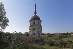 Юго-западная башня монастыря Spaso-Sumorin загородки в городке Totma Стоковые Изображения RF