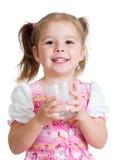 Югурт малыша выпивая от изолированного стекла Стоковое фото RF