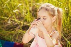 Югурт питья девушки на пикнике Стоковое Фото