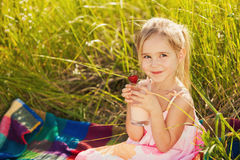 Югурт питья девушки счастья Стоковые Фотографии RF