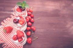Югурт с вишней и клубниками, квадратом Стоковое Фото