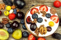 Югурт с плодоовощ лета на старом деревянном столе освежение плодоовощ Закуска для детей Стоковые Изображения