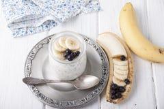 Югурт с семенами chia и бананом и голубиками Стоковые Фото