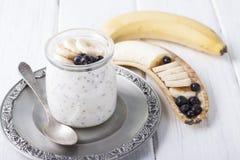 Югурт с семенами chia и бананом и голубиками Стоковое Изображение RF