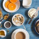 Югурт с granola тыквы, кофе на голубой таблице градиенты завтрака произведения искысства editable не наслаивают никакой используе Стоковое Изображение