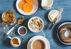 Югурт, granola тыквы, бейгл, масло на голубой таблице градиенты завтрака произведения искысства editable не наслаивают никакой ис Стоковые Изображения