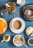 Югурт, granola тыквы, бейгл, масло на голубой таблице градиенты завтрака произведения искысства editable не наслаивают никакой ис Стоковое Изображение