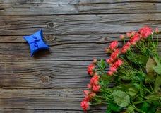 3 дюжины розы на деревянной предпосылке Стоковая Фотография RF