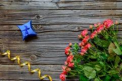 3 дюжины розы на деревянной предпосылке Стоковые Изображения RF