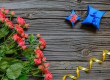 3 дюжины розы на деревянной предпосылке Стоковое фото RF