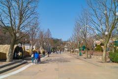 ЮЖНАЯ КОРЕЯ - 6-ое марта: Архитектура и неопознанный турист Стоковая Фотография RF
