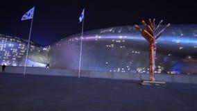 ЮЖНАЯ КОРЕЯ - 28-ОЕ МАЯ 2018: Площадь DDP дизайна Dongdaemun на ноче Современная загоренная архитектура Сеула в сток-видео