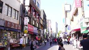 ЮЖНАЯ КОРЕЯ СЕУЛА - 22-ОЕ ОКТЯБРЯ 2017: люди идя в назначение insadong известное туристское в Сеуле, Южной Корее акции видеоматериалы