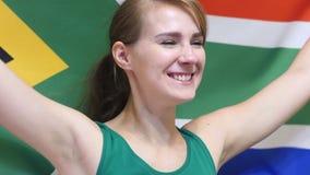 Южно-африканская молодая женщина празднует держать флаг Южной Африки в замедленном движении акции видеоматериалы