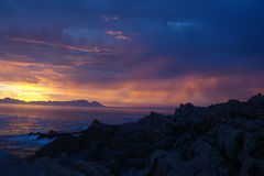 Южно-африканский заход солнца над морем Стоковые Изображения RF