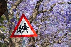 Южно-африканский дорожный знак: Пересекать детей Стоковое фото RF